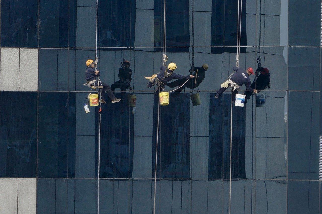 Was Sie beim Beauftragen einer Fensterreinigung beachten sollten